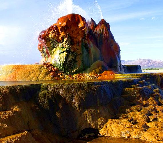 A föld mélyéről feltörő, forró víz elkezdte kialakítani a színes kúpokat, melyek a kicsapódott ásványi anyagoknak köszönhetik furcsa látványukat.