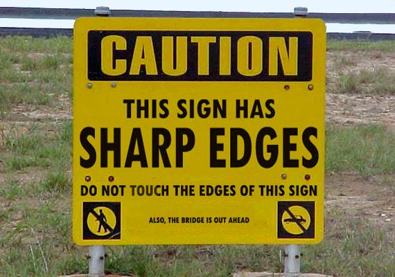 Szintén a kanadaiak humoráról tesz tanúbizonyságot ez a tábla is: vigyázat, a tábla szélei élesek, ne érintsd meg őket! Egyébiránt híd következik.