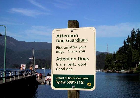 A kanadai tábla a kutyatulajdonosok, a biztonság kedvéért pedig a kutyák figyelmét is felhívja egyik legfontosabb teendőjükre, hogy ne szennyezzék nemzeti parkjuk területét.