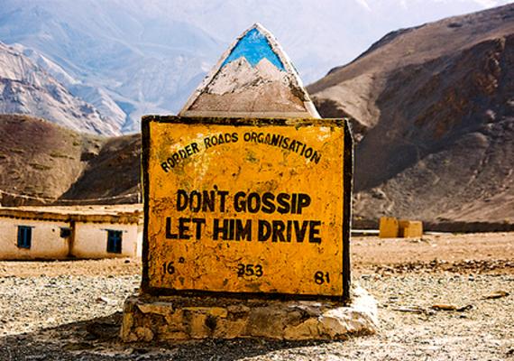 Ne pletykálj, hagyd vezetni - a nem kevéssé szexista tábla az indiai Srinagarban ad instrukciókat az utazóknak.