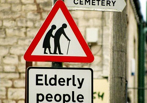 A furcsa tábla arra hívja fel a figyelmet, hogy a temető környékén idősek közlekednek, a rosszmájúak szerint azonban nekik jelzi az utat.