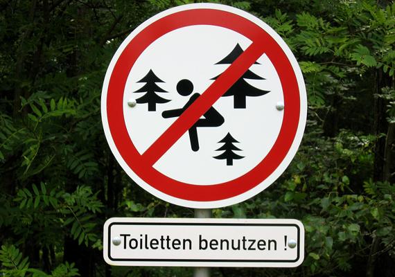 A német természetvédelmi terület nem keverendő össze a toalettel - a tábla erre hívja fel a figyelmet, azonban sokaknak leginkább a hegyes fenyőfa szúr szemet.