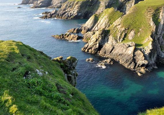 Foula, a skóciai Shetland egyik szigete mindössze 13 négyzetkilométer nagyságú. Lakói a part mentén telepedtek le, és gyapjútermelésből, valamint halászatból próbálnak megélni.