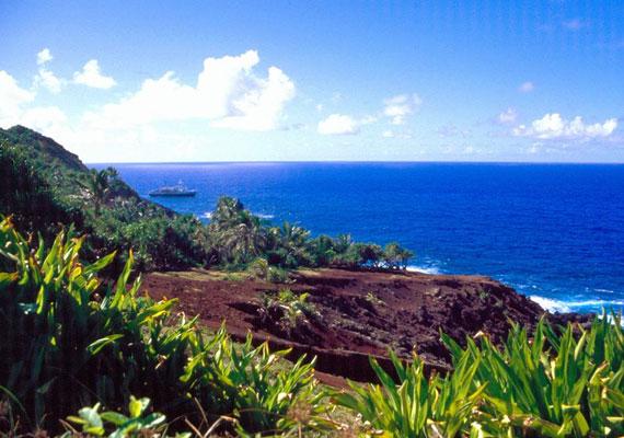 Az Egyesült Királysághoz tartozó Pitcairn-sziget a világ legkisebb népességű önálló közigazgatással rendelkező területe. Felfedezésére csak az 1700-as évek végén került sor. Fővárosa, Adamstown mindössze 50 állandó lakossal büszkélkedhet.