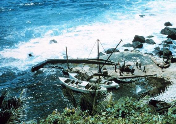 A Bounty hajó lázadói miután rábukkantak a szigetre, eldöntötték, hogy ott telepednek le. A legfontosabbakat levitték a hajóról, és hogy senki ne tudjon elmenekülni, felgyújtották. Az öblöt azóta Bounty-öbölnek nevezik.