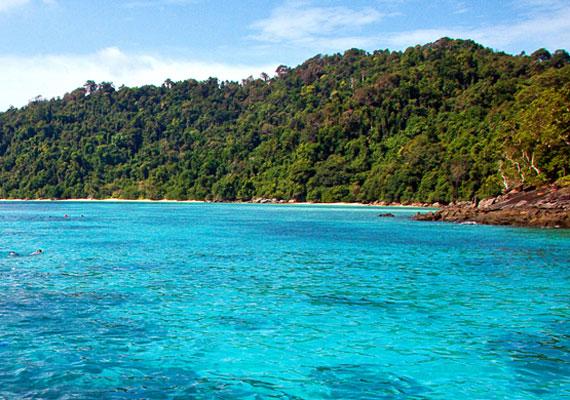 A Surin-szigetcsoport Thaiföld nyugati partjához viszonylag közel, az Andamán-tenger közepén található. Bár öt szigetből áll, mégis a legkisebbek közé tartozik. Őslakói a mokenek, akik csónakjaikban élnek. Egyedülállóan gazdag élővilága miatt a búvárok egyik kedvenc helye.
