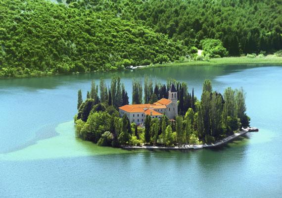 A Visovac-sziget Horvátország legjelentősebb természeti és kulturális értékei közé tartozik. Mindössze a Kegyelmes anya nevezetű ferences kolostor és a Szűzanya-tempom található meg itt, melyeknek köszönhetően a zarándokok egyik kedvelt helye.