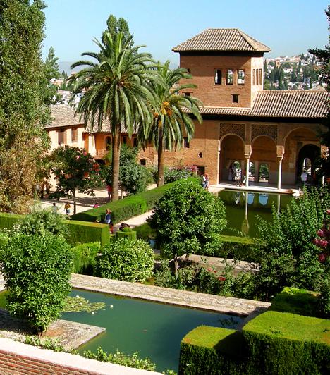 Alhambra, Granada, SpanyolországA varázslatos atmoszférával és aprólékos művészi kivitelezéssel jellemezhető egykori mór erőd és palota, más néven a vörös erőd a 9. és a 14. század között épült. Kertje, a fallal körülvett Oroszlán-udvar a hagyomány szerint a Paradicsom földi képe, folyói a négy égtájat, a kutat tartó 12 oroszlán pedig az év hónapjait, egyben az örökkévalóságot szimbolizálja.