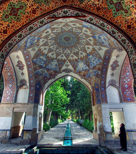 Bagh-e Fin, IránAz 1590-ben elkészült Bagh-e Fin az egyik legrégebbi, máig fennmaradt kert Iránban. A négyszáz éves ciprusokkal, fákkal, csobogó vízzel, apró épületekkel és teaházzal szegélyezett kert kialakítása a perzsa hagyományok szerint a Paradicsomot jelképezi.
