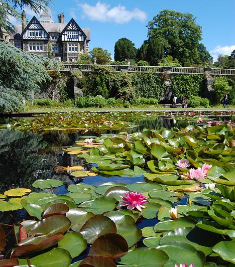 Bodnant, Wales, Egyesült KirályságA Conwy-folyó partján elhelyezkedő Bodnant-kert pompás virágaival, sétányaival és díszkútjaival a walesi kertművészet leglátványosabb értéke. A Bodnant-házat és a hangulatos 18. századi épületeket kiegészítő, liliomoktól, tavirózsáktól és magnóliáktól illatos kertet a walesi Aberconway báró alakította ki a 20. század első évtizedében.