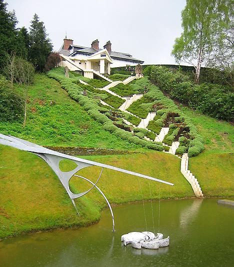 Univerzum-kert, Skócia, Egyesült Királyság  A Garden of Cosmic Speculation-t, vagyis az Univerzum-kertet Charles Jencks építész alkotta meg. A feng shui, a világegyetem titkai és a posztmodern építészet által ihletett kert különleges struktúrája olyan sajátos formaelemeket hoz összhangba a természettel, mint a DNS-molekula, a hullámszerkezetek és a fraktálok.  Kapcsolódó cikk: Minden idők legszebb természetfotói »
