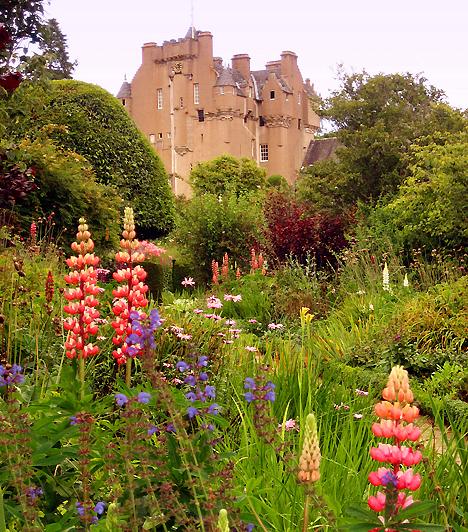 Crathes, Skócia, Egyesült KirályságA 16. században épült vérbeli skót kastély és bámulatos kertje 1951 óta a nagyközönség előtt is nyitva áll. A 20. században lényeges mértékben megnövelt, kétszintes, nyolc tematikus, színekkel határolt részre osztott kastélykert számos különleges növénynek, gyógynövénynek és virágnak ad otthont.