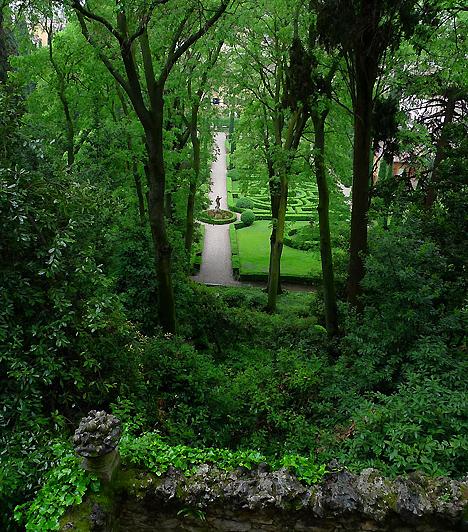 Giardino Giusti, Verona, OlaszországA Verona békés szigeteként jellemezhető kertet az 1570-es években hozták létre, ekkori kialakítása, szobrai, szökőkútjai és labirintusa a mai napig eredeti formájában látható. A virágos, ciprusokkal és sövényekkel díszített napos területet, valamint a fás, árnyas lugasokat egyaránt magába foglaló kertet a 18. század végén építették tovább francia stílusban.