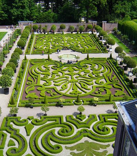 Het Loo, HollandiaAz Apeldoorn közelében található Loo-palotát 1686 és 1975 között az Oranje-Nassau uralkodóház, majd leszármazottjaik és a város vezetői használták nyári rezidenciaként. A ma múzeumként működő palota eredeti formájában látható kertje a 17. századi barokk kertépítészet jeles példája.