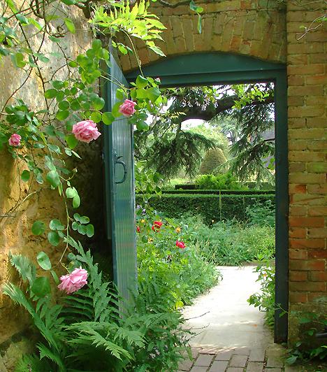 Hidcote-kert, Egyesült KirályságAz angliai Gloucestershere-ben található Hidcote-kert a természetes formák és a mértani hatás közötti összhang, egyben a 20. századi eklektikus kertépítészet egyik legjobb példája. A Lawrence Johnston által létrehozott színes és gazdag kertet virágágyai, szökőkútjai és sövényei mellett növényszobrai teszik különlegessé.