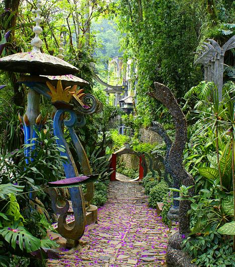 Las Pozas, MexikóA mexikói Las Pozas-kert egyedülálló a világon, köszönhetően annak, hogy a mexikói hegyvidék trópusi esőerdeinek egyikében, 610 méterrel a tengerszint felett található. A természetes vízesésekkel és vizekkel tarkított kertet a brit költő, Edward James álmodta meg, kinek szürrealizmusa a kert sajátos szobrain is tükröződik.