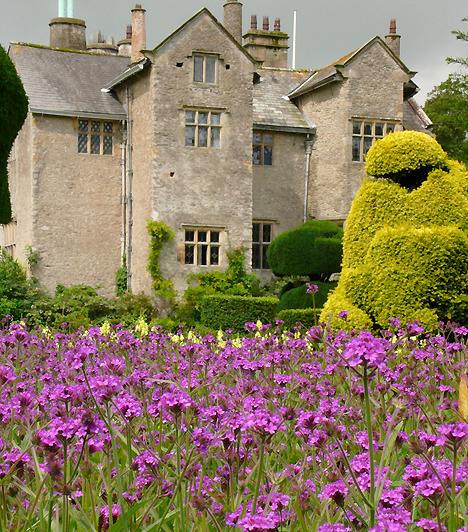 Levens Hall, Egyesült KirályságAz angliai Cumbria megyében elhelyezkedő kastély és kert az Edward-korabeli kertépítészet jellegzetes példája, mely ma is közel eredeti formájában látható. A gyógynövénykertet, rózsakertet és almafasort is magába foglaló kert igazi különlegességét a növényszobrászat egyik legelső példájaként, egyben remekeként nyilvántartott történelmi kertrész adja.