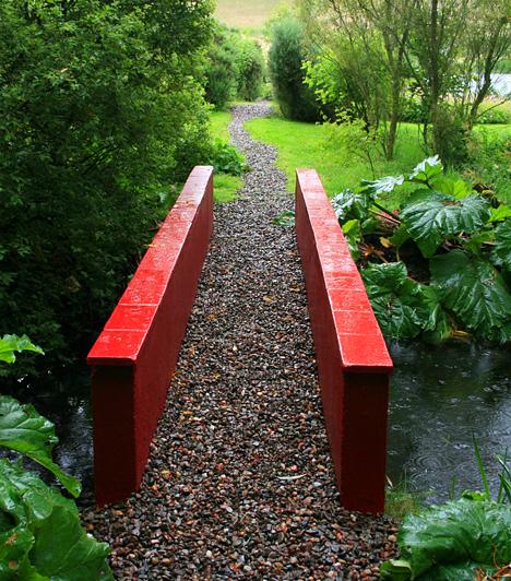 Little Sparta, Skócia, Egyesült KirályságA világszerte ismert, Edinburg közelében található kertet a 2006-ban elhunyt költő és szobrász, Ian Hamilton Finlay álmodta meg és hozta létre. A Skócia egyik legjelentősebb kortárs műalkotásának számító kert a Kis Spárta nevet kapta, atmoszférája pedig a pásztoridill és a katonai motívumok között megteremtett sajátos összhanggal jellemezhető.