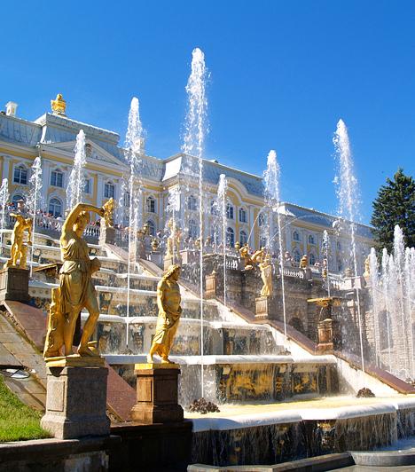 Peterhof, OroszországA Peterhof a legnagyobb és legimpozánsabb az orosz uralkodók Szentpétervár körüli nyári rezidenciái között. A Nagy Péter által építtetett palota kertjének - mely Versailles utóérzetét kelti - különlegességét szobrai és monumentális szökőkútjai mellett az adja, hogy széles csatornája közvetlenül a tengerig vezet.
