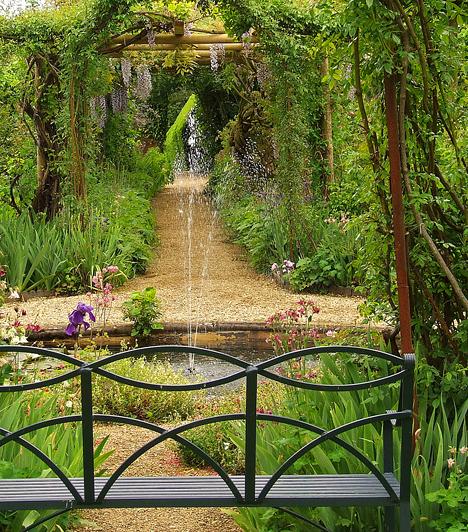 Rousham, Egyesült KirályságA 18. században létrehozott, Roushamben található kert leginkább az építész és tájépítész, William Kent kertjeként ismert. A szoborcsoportok és a több híres alkotás másolataként elhelyezett szobrok elégikus atmoszférát kölcsönöznek a helynek. A fallal körülvett kert az év minden egyes napján látogatható, azonban 15 év alatti gyerekeket nem engednek be.