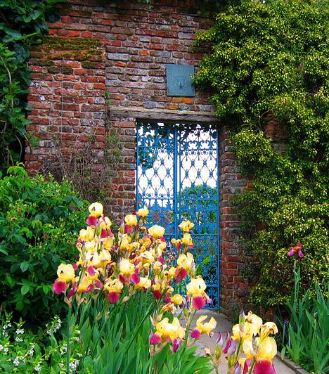 Sissinghurst, Egyesült Királyság  Az évente 200 ezer látogatót vonzó Sissinhghurst-kert igazi kedvence a romantikus, vadregényes helyek kedvelőinek. Mindehhez az Erzsébet-kori kastély romjai éppúgy hozzájárulnak, mint a híres Fehér Kert, a nagyszabású kialakítás vagy épp a falakat borító futórózsa-rengeteg.  Kapcsolódó cikk: Az utolsó érintetlen hely a Földön »