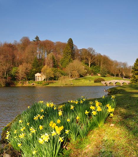 Stourhead, Egyesült KirályságA Wiltshire-ben található Stourhead-kert tipikus és egyben a legnagyszerűbb példája a 18. századi angol tájépítészetnek. Az antikvitás korát idéző, templomokkal, grottókkal és más mitikus momentumokkal díszített kert egyes szakaszai és a közepén található hangulatos tó állítólag az ember életútját szimbolizálják.