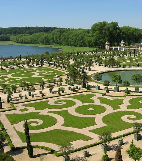 Versailles, Franciaország  A Párizs gazdag külvárosában elhelyezkedő hatalmas kastély egészen a nagy francia forradalomig a francia királyok állandó lakhelye volt. A kastély pompájából a kertnek is jutott: a napkirály kertésze, Le Notre gyakorlatilag nem egy kertet tervezett a királynak, hanem egy fákkal, virágokkal, szobrokkal és hatalmas vízfelülettel övezett barokk várost.  Kapcsolódó cikk: A csodaszép sziget, amit imádnak a gazdagok »