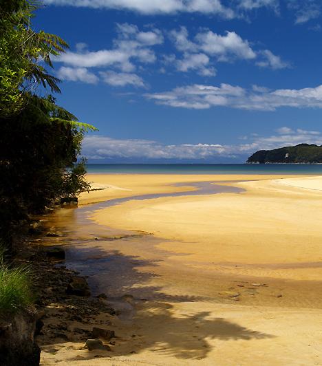 Abel TasmanA hosszú, homokos partszakasz, Abel Tasman az azonos nevű új-zélandi nemzeti park területén helyezkedik el. Kristálytiszta vizén és érintetlenségén kívül egyedülálló növény- és állatvilágáról is híres. Nevét annak a holland felfedezőnek köszönheti, aki először lépett Tasmania és Új-Zéland partjaira.Kapcsolódó cikk:A legszebb nemzeti parkok »