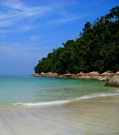 Emerald BayA Smaragdpart, más néven a Pantai Teluk Belanga egy privát szigeten terül el. Az érintetlen szigetet - mely az itt létrehozott hotel vendégei számára látogatható - nyugodt, kristálytiszta víz, zöldellő, buja növényzet és lágy, aranyszínű homokföveny jellemzi.