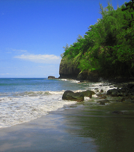 Kauapea BeachA Secret Beach-nek, vagyis Titkos Partnak is nevezett terület a hawaii Kauai-sziget északi részén helyezkedik el. Homokfövenye, buja növényzete és szépsége mellett leginkább érintetlenségéről és naturista fürdőzőiről híres.