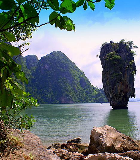 Phang Nga BayA Thaiföld déli részén, a Phuket-szigettől nem messze elhelyezkedő 400 négyzetkilométeres partszakasz leginkább sajátos mészkőszikláiról híres, melyek óriásként buknak elő a smaragdzöld vízből. Az egyik szikla Az aranypisztolyos férfi című 007-es filmben is feltűnt, minek köszönhetően a helyet James Bond-szigetnek is nevezik.