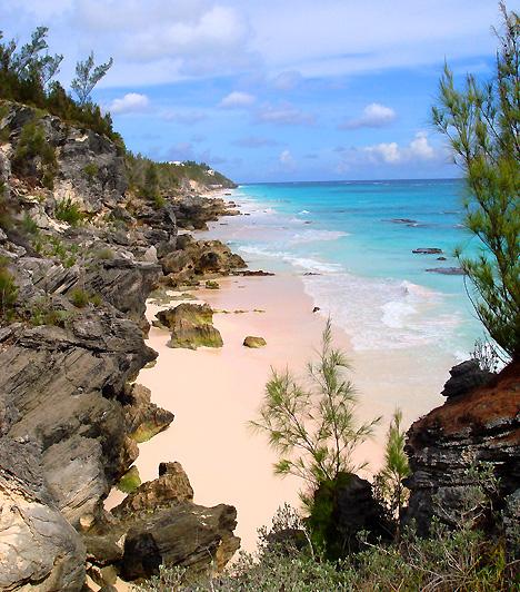 Pink Sand BeachA Bahamák részét képező Harbour-szigeten található partszakaszt számos utazási magazin és hasonló kiadvány is a világ legjobb tengerpartjának szavazta meg. Nevében a pink, vagyis rózsaszín szócska a lazacszínű homokra utal, mely a fehér homokba keveredő vörös planktonnak köszönhető.