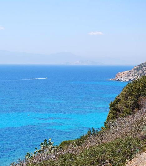Pula BeachA pulai part, mely nem azonos a horvátországi várossal, az olasz Szardínián, a régió központjától 25 kilométerre található. A fehér homokdűnékkel tagolt tengerpartot a közelben található római kori romok teszik még különlegesebbé.