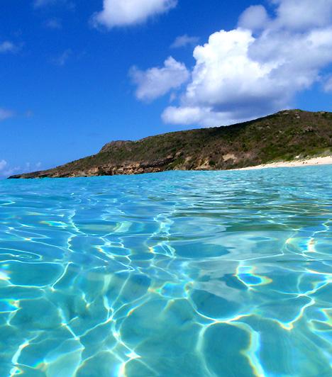 Saline Beach  A mágikusan tiszta vizéről, valamint a hosszú, homokos partszakaszok és a sziklás hegycsúcsok váltakozásáról híres sziget a Karib-tenger egyik leglátogatottabb gyöngyszeme. A sziget mindemellett a naturisták számára is maga a földi paradicsom.