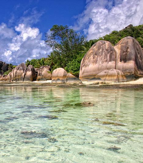 Anse Source D'ArgentA Seychelle-szigetek La Digue nevű tagján - mely egyike a központi szigeteknek - található partszakasz amellett, hogy többször is elnyerte a világ legszebb tengerpartja címet, a legtöbbet fotózott part elismeréssel is büszkélkedhet. Földöntúli szépségén kívül természeti csodaként emlegetett sajátos szikláiról is híres.