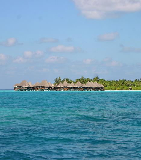 Soneva FushiA tapasztalt utazók úgy tartják, a Maldív-szigetek ezen tagja szinte már nevetségesen romantikus, hisz minden olyan klisét megtestesít, mely egy egzotikus sziget elengedhetetlen tartozéka - legyen az fehér homok, kristálykék víz, buja növényzet, pálmaliget vagy épp a lágyan fújdogáló tengeri szellő.