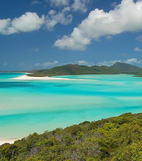 Whitehaven BeachA világhírű Whitehaven Beach az ausztráliai Queensland partjainak közelében fekvő Whitsunday-szigeten terül el. Nevét a smaragdzöld hegyek között kavargó krémes, a korallok anyagából származó homoksáncokról kapta, melyeknél fehérebb aligha létezik másutt a világon.