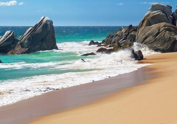 A selyemtapintású homok valósággal simogatja a talpat, többek között ezért is a turisták kedvence a partszakasz.