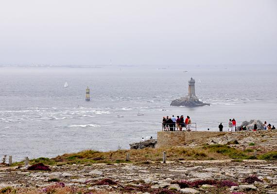 Nagyon sok turista kíváncsi a sziklaszirtekre. A világítótornyok látványa is erősíti a különleges atmoszférát.