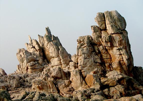 Finistere-hez tartozik Ushant szigete is. A képen a sziget gránitsziklái láthatók.