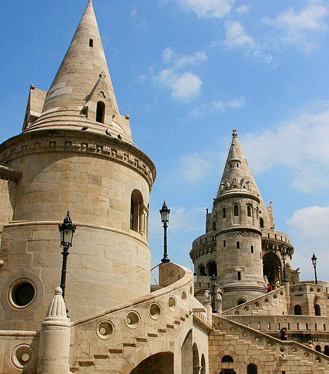 BudapestMagyarországon elsőként - 1987-ben - a Budai Várnegyed és a főváros Duna-parti látképéhez tartozó terület nyerte el a Világörökség rangot. A Margit hídtól a Szabadság hídig tartó területhez 2002-ben csatlakozott az Andrássy út, valamint a Hősök tere, a Millenniumi emlékmű, a Szépművészeti Múzeum, a Műcsarnok és a Millenniumi Földalatti Vasút.