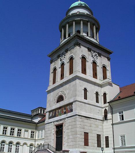 Pannonhalmi Bencés Főapátság                         Az ezeréves múltra visszatekintő apátság és a benne élő szerzetesközösség egyidős a magyar államisággal. A Kisalföld sík vidékéből kiemelkedő hegy, valamint a hazánk történetének legkülönfélébb építészeti stílusait bemutató épületegyüttes 1996-ban lett a Világörökség része.