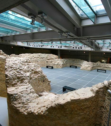 Pécsi ókeresztény sírkamrák                         A közismert pécsi sírkamraegyüttes - az utolsó feltárása 2000-ben kezdődött meg - az UNESCO véleménye szerint építészetét és falfestészetét tekintve igen sokoldalúan szemlélteti az Európában élt keresztény közösségek művészetét, hitét és kitartását, valamint hitelesen mutatja be civilizációnk gyökereit. Mindezek alapján 2000 óta a Világörökség része.                         Kapcsolódó cikk:                         A magyar város, ami szebb Párizsnál »