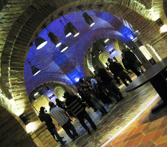 A pince fő attrakciója egy csodálatos akusztikájú kerek terem, ahol borlovagavatásokat és esküvőt is szoktak tartani, de a hangzás miatt koncerteket is.