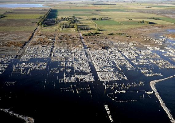 Az argentin Villa Epecuén a helyi tó gyógyító vize miatt kedvelt célpont volt a turisták körében, 1985-ben azonban túl sok csapadék hullott a vidékre, ami miatt a tó kiáradt, és elöntötte a települést. A házak több évtizedig voltak a víz alatt, míg 2009-ben a szárazabb időjárás miatt a víz elkezdett visszahúzódni. Bár a hely egy része már gyalogosan is bejárható, jórészt lakhatatlanná vált, és még mindig igen nagy területét borítja víz. Kattints ide, és nézz meg róla még több képet!