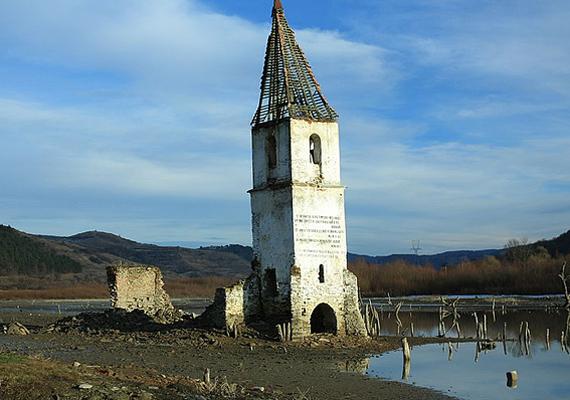 A romániai Bözödújfalut 1988-ban Ceausescu ítélte halálra egy víztározó építése miatt. A falut elárasztották, máig mementói azonban a szomorú eseményeknek a vízből kiálló, romos épületek.