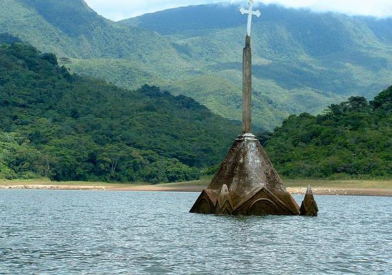 A venezuelai Potosi 1985-ben szintén egy víztározó megépítése miatt lett az áradás áldozata, az utóbbi években azonban csökkent a víz szintje, így láthatóvá vált a kísérteties romok egy része.