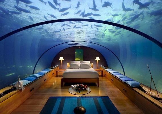 A hotelszobák falai átlátszóak lennének, a vendégek továbbá maguk állíthatnák be a fényeket, így azt is, hogy milyennek tűnjön a tenger.
