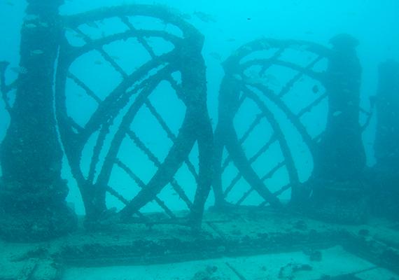 A víz alatti mauzóleum a tenger fenekén, a floridai Key Biscayne partjaitól néhány kilométerre található.