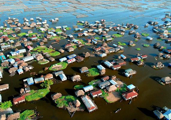 A Beninben található Ganvie a legnagyobb tavi falu Afrikában. Ma 20-30 ezer ember lakja a cölöpökön álló házakat.